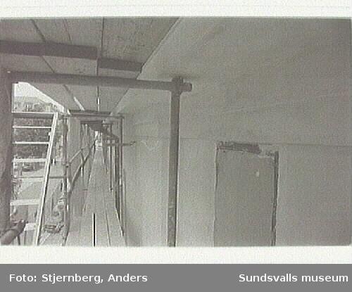 Bild 22-24 Huvudfasd utan puts ovan entré-portalen.Bild 27-28 Huvudfasad utan puts ovan entrén.