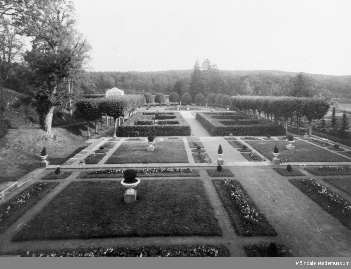 Gunnebo slottspark 1930-tal. Vy mot söder. Det ljusa växthuset längre bort till vänster i bild, innehöll en palm, vilken var en bröllopspresent till Hilda Sparre.