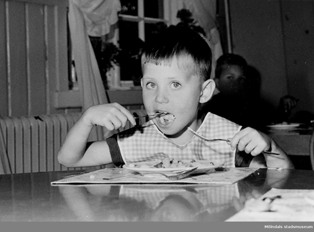 En pojke som äter mat. Holtermanska daghemmet 1953.