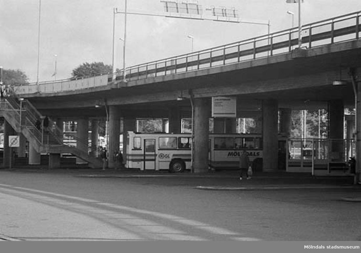 Ändhåpllplats under bron. Mölndalsbro i dag - ett skolpedagogiskt dokumentationsprojekt på Mölndals museum under oktober 1996. 1996_0950-0965 är gjorda av högstadieelever från Kvarnbyskolan 9A, grupp 3. Se även 1996_0913-0940, gruppbilder på klasserna 1996_1382-1405 samt bilder från den färdiga utställningen 1996_1358-1381.