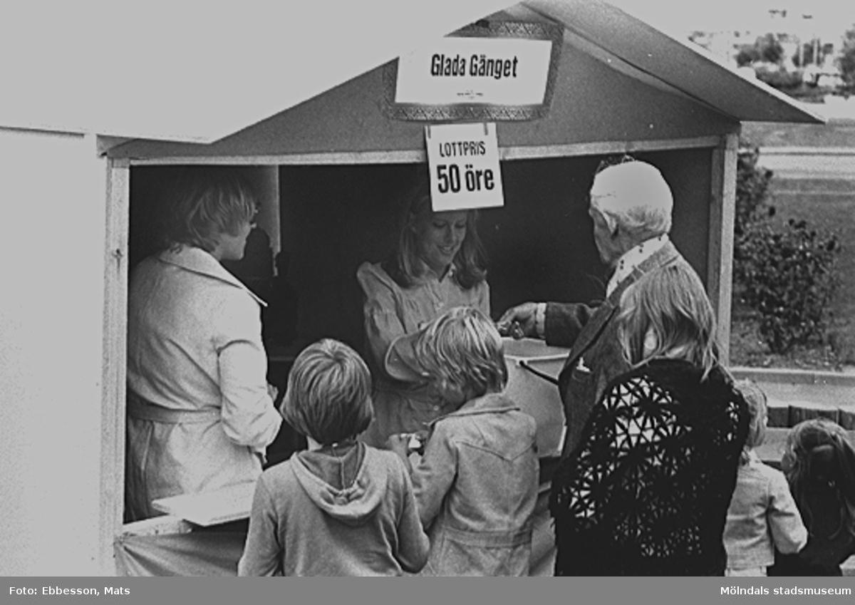 """Kö för att köpa lotter vid """"Glada Gänget"""", 1974 eller 1975."""