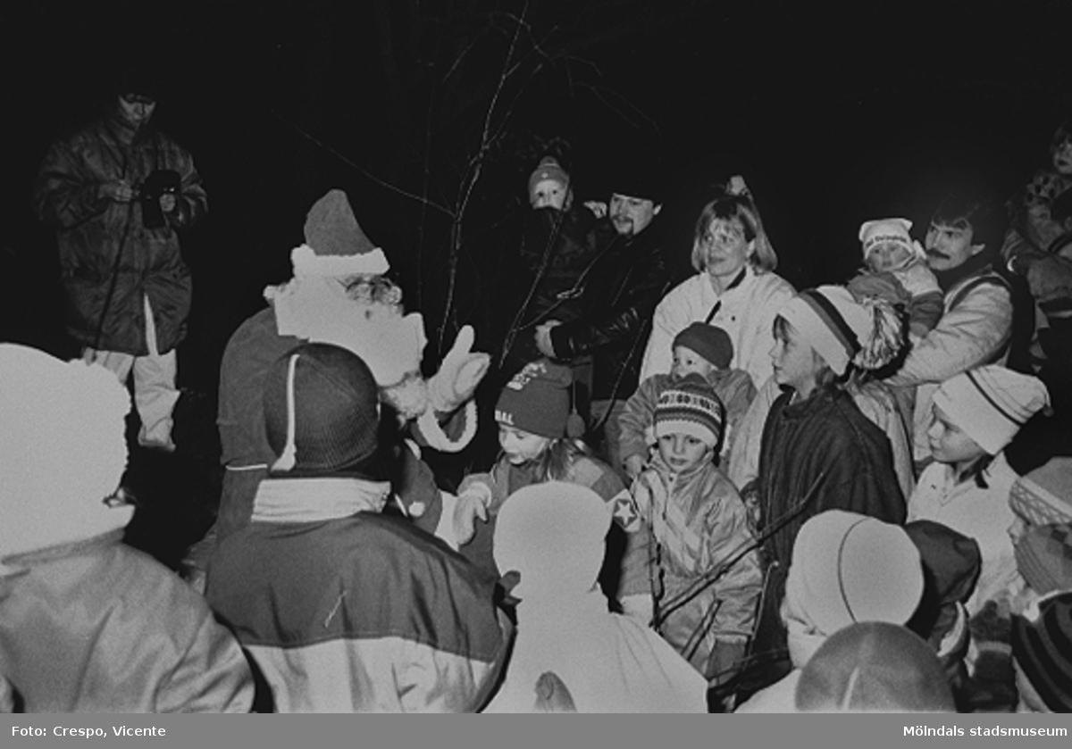 Tomten på bilden är Ray Hultén, början av 1990-talet. Då fortfarande aktiv inom brf-föreningen Tegen, både som tomte och musikant. I bakgrunden står Robert Dahlsjö med sonen Dan i famnen. Mannen till höger är Lindberg.