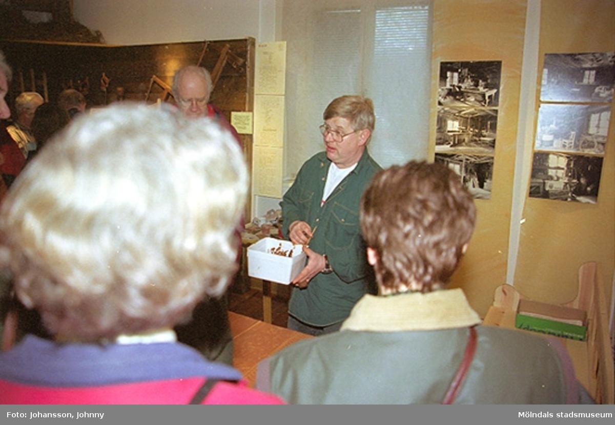 Från familjesöndagen på Mölndals museum 1998-02-22. Alf Garthman (i grön skjorta) demonstrerar för några besökare hur drickamålning går till.