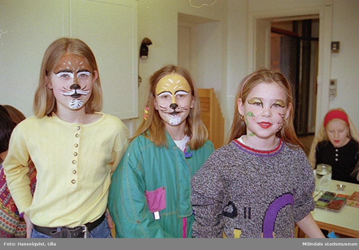 """Familjesöndag på Mölndals museum under utställningen """"Krinoliner och kortkort"""".Barn har blivit fantasifullt sminkade."""