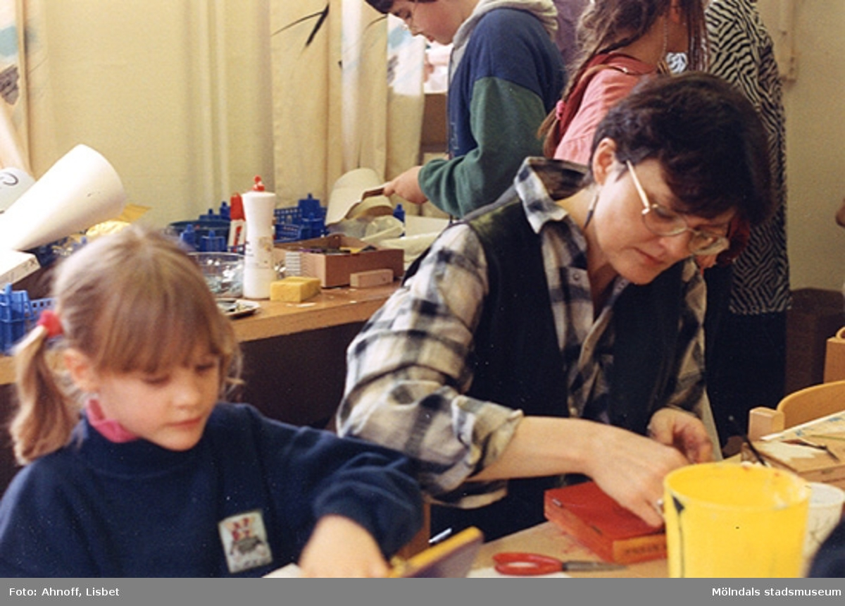 Kulturassistent Bodil Magnusson och hennes 6-åriga dotter Linnea tillverkar cigarrlådor. Museet hade fått närmare 400 cigarrlådor och med dem som utgångspunkt gjordes en sportlovsaktivitet. Man fick måla och omvandla lådorna till klockor (museet hade köpt in urverk och borrat ett hål i hundra lådor). Man kunde också göra en skojlåda, måla och montera in en fjäder (inköpta från Småland) och då man öppnade locket hoppade något kul ut som satt på själva fjädern (som baren också gjorde). Över 200 barn kom (utan föranmälan) så materialet tog slut på den lyckade dagen.