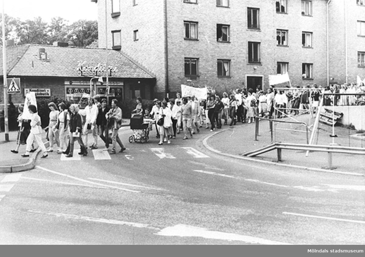 Frölundagatan år 1975. Jakobssons järn låg till höger (ej i bild). Sahlins konditori (Sahlins terrass) till vänster i bakgrunden.