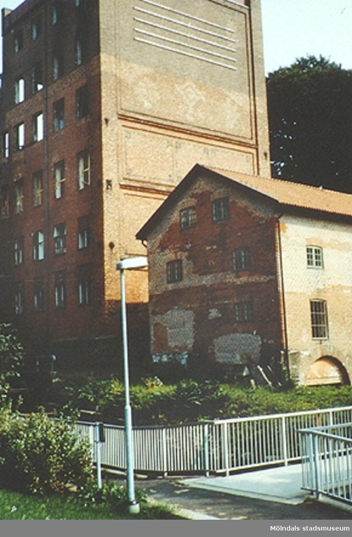 Från vänster: Stora Götafors samt Nymans kvarn. Framför byggnaderna rinner Mölndalsfallen. Okänt årtal.