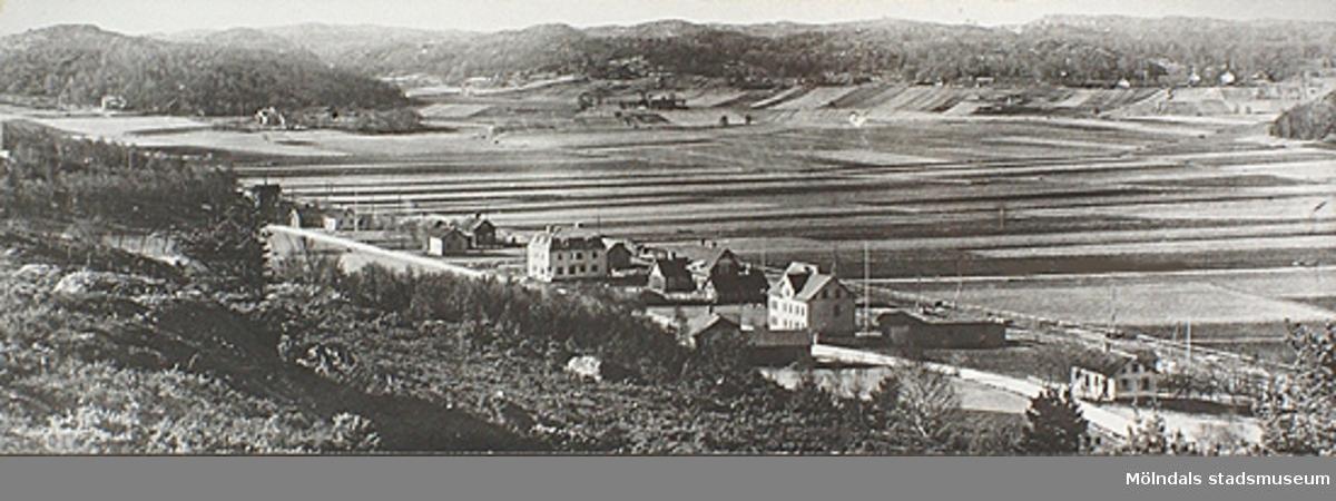 Gamla Kungsbackavägen skymtas i nederkant. Ekansås ses i bakgrundens övre del. Foto från ca 1915, fotograf; Bernhard Olsson, Torrekulla. Han var född i Kållered men reste till USA och kom hem ca 1914-15 och fotograferade. Kållereds hembygdsförening har ett 50-tal glasplåtar från honom.