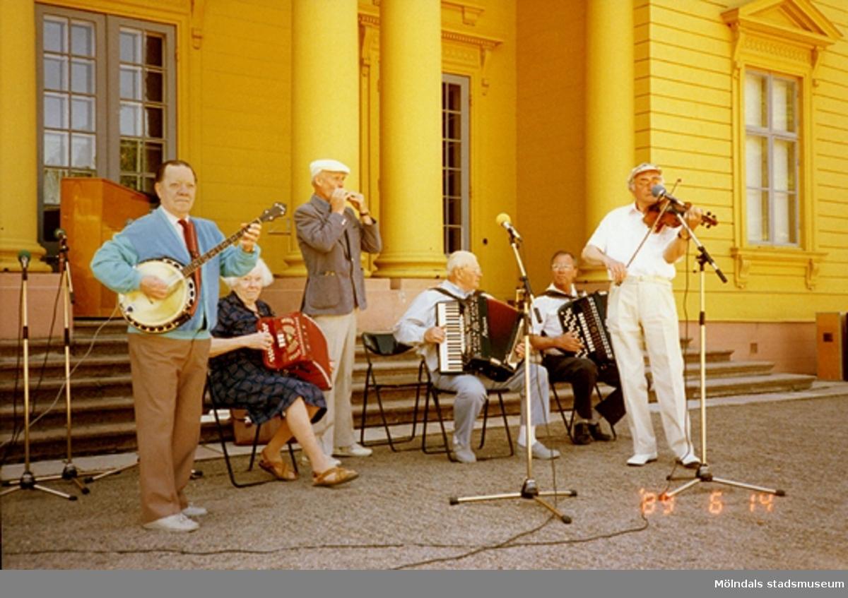 Musikunderhållning utanför slottet.