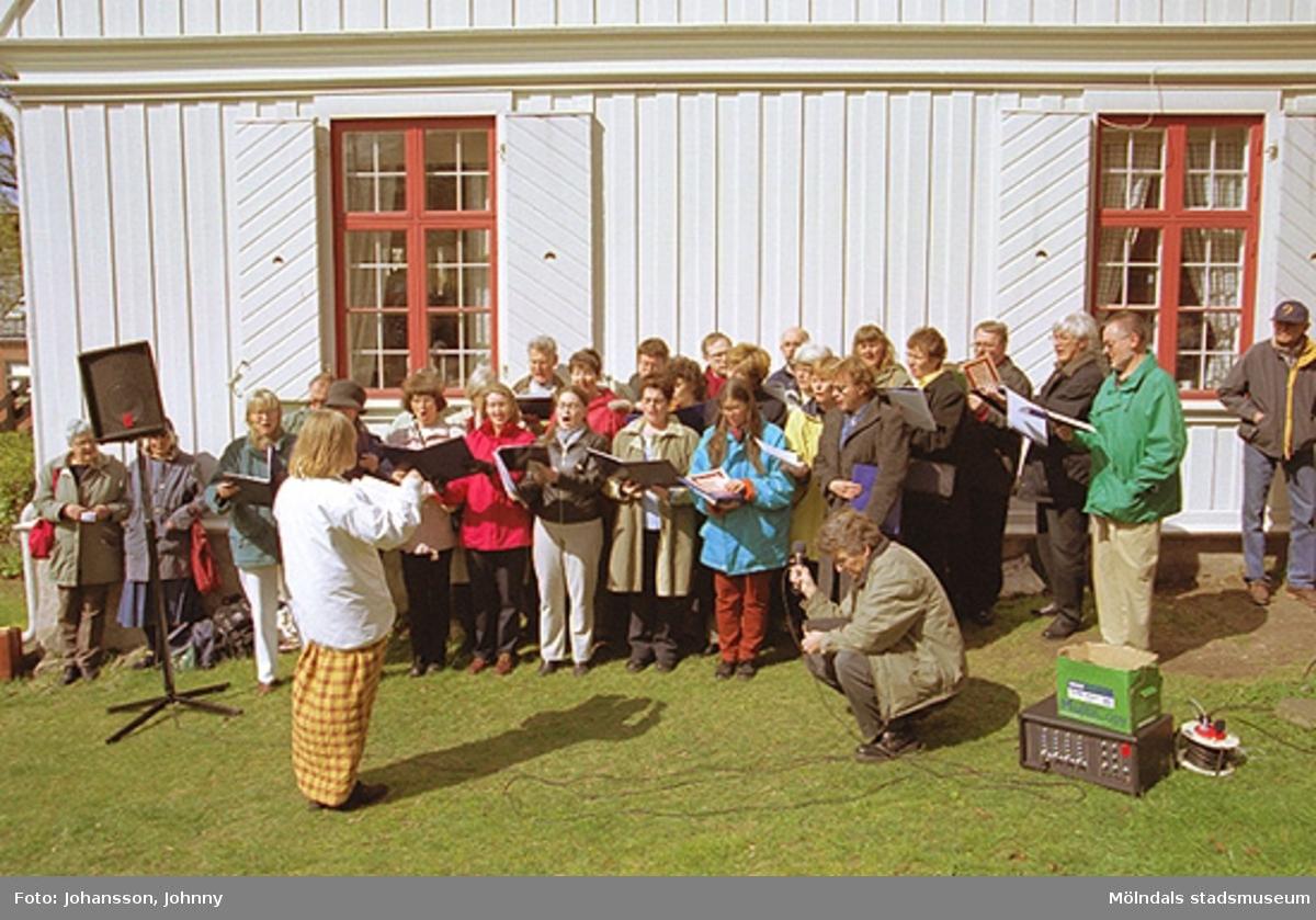 Kvarnbydagen 28 april 2002. Stensjöns församling har friluftsgudstjänst med körsång utanför Kvarnbygården i Kvarnbyparken. Kyrkoherde: Stefan Risenfors.