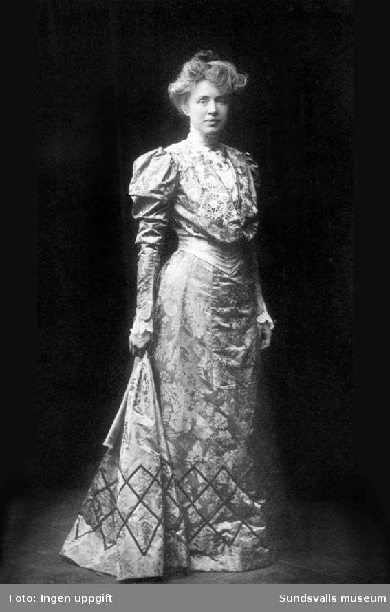 Frida Stéenhoff f. Wadström, författarinna (1865-1945). Gift 1887 med 1:e provinsialläkare Gotthilf Stéenhoff (1859-1943). Hon skrev även under pseudonym Harald Gote. Familjen Sténhoff var bosatta på Storgatan 18 innan de lämnade Sundsvall 1905.