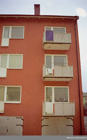Byggnadsdokumentation år 2002 av balkonger på Hagåkersgatan, Leopold 3. Hör ihop med: 2002_0635 - 0639 samt 2002_0651 - 0656.