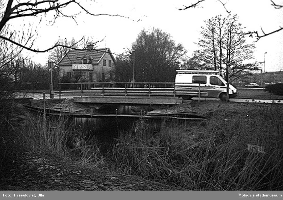Översikt över Skedebron, från öster. 1996-01-16.