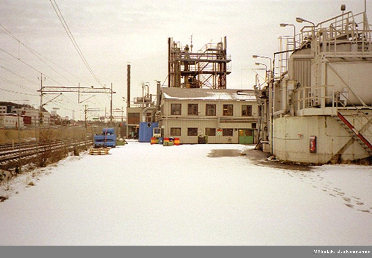 Akzo Nobel på Ågatan 44, Lackarebäck. Fasad mot norr 2000-02-15.Akzo Nobel driver en verksamhet inom läkemedel, färg och kemi i ett 80-tal länder runt om i världen, varav ett 30-tal fabriker finns i Sverige.I området Bohus och Skoghall ansvarar Akzo Nobel Base Chemicals Sweden mest för den svenska kloralkaliverksamheten, vilket omfattar klor, natriumhydroxid, saltsyra och natriumhypoklorit. Man tillverkar också monoklorättiksyra (MCA) i Skoghall för Functional Chemicals räkning.