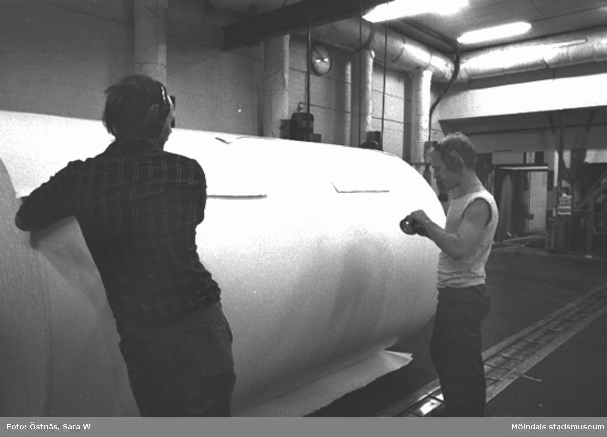 Två arbetare vid pappersbalar. Denny Andersson och Jan Callesen.Bilden ingår i serie från produktion och interiör på pappersindustrin Papyrus.