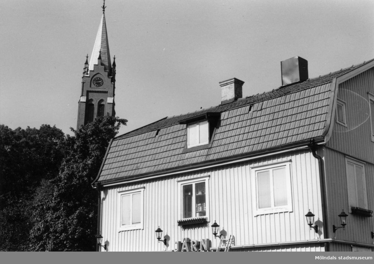 Joel Jacobsons järnhandel vid Frölundagatan i Mölndal. I bakgrunden ses Fässbergs kyrka.