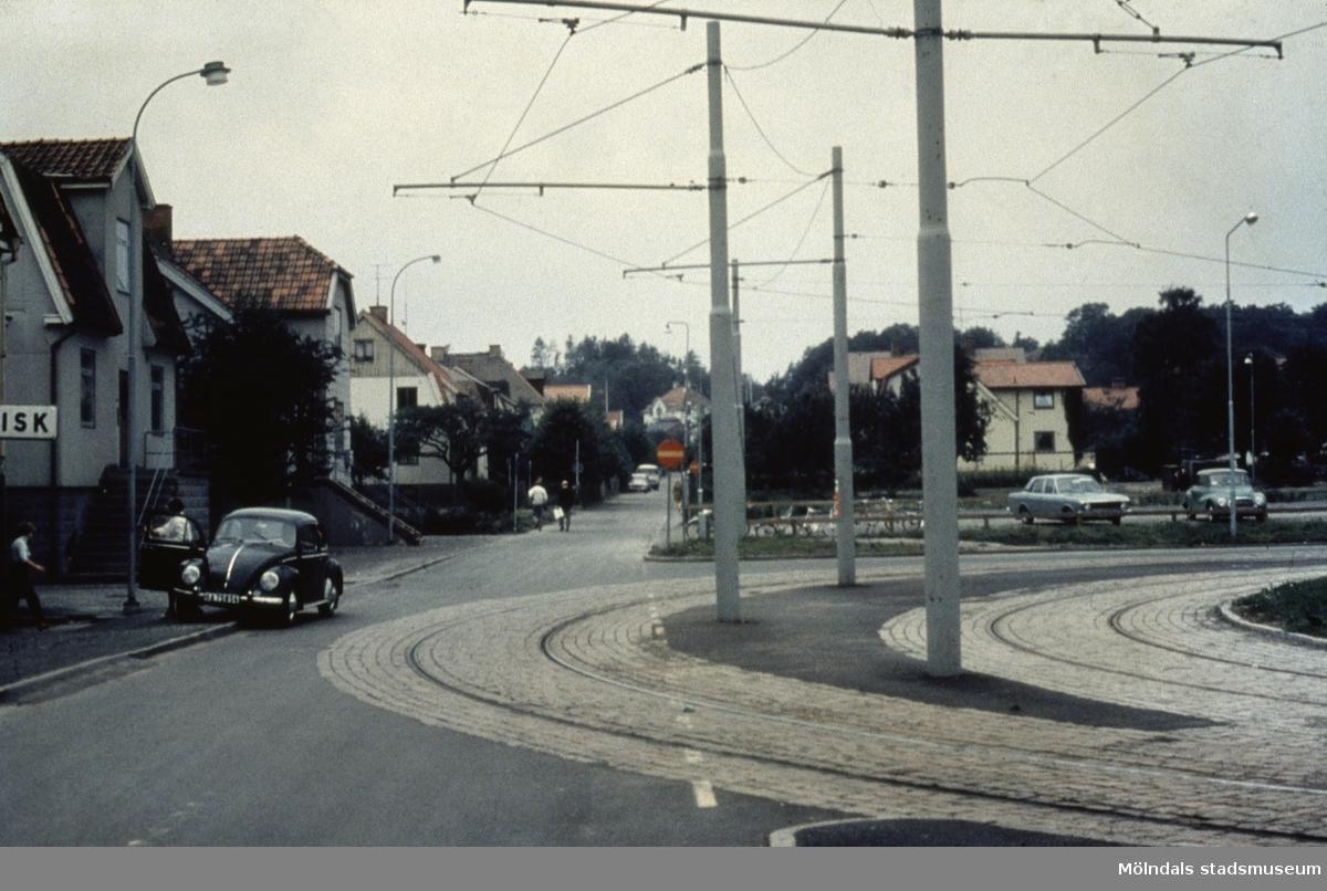 Spårvägens vändslinga på Broslätt i Mölndal, 1970-tal. Vy från Barnhemsgatan.