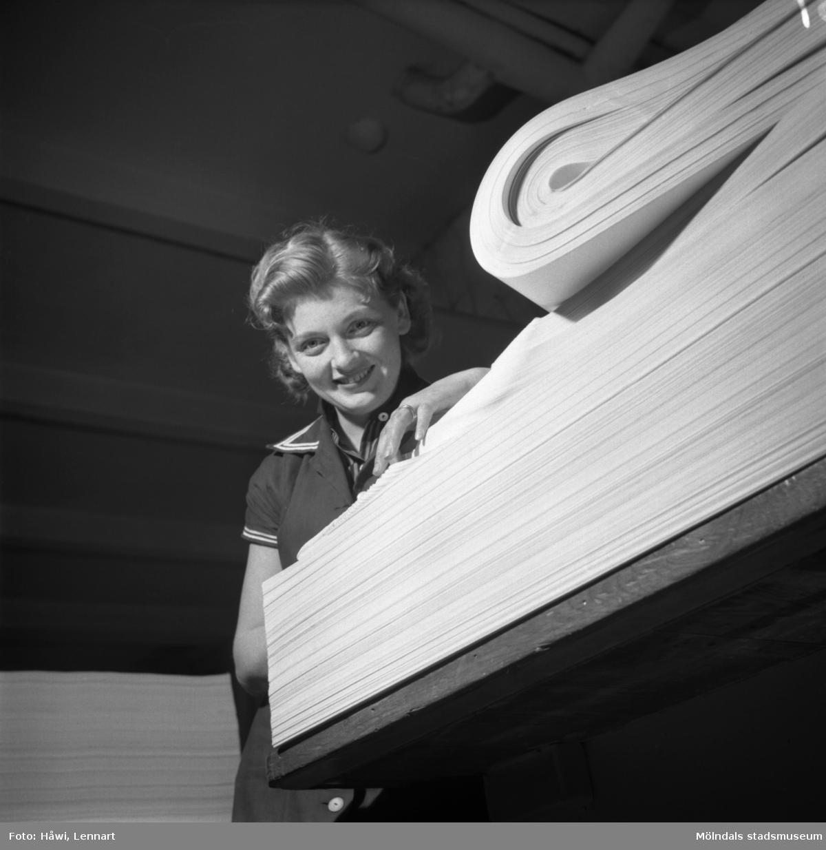 Kvinna i arbete i sortersalen på Papyrus i Mölndal, 6/5 1955.