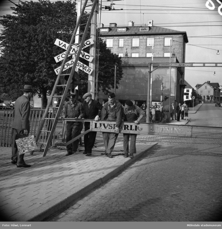Transport av Papyrus PM2 yankeecylinder. Förberedelser för cylinderns ankomst vid järnvägsövergången vid Mölndal Bro, 2/6 1956.