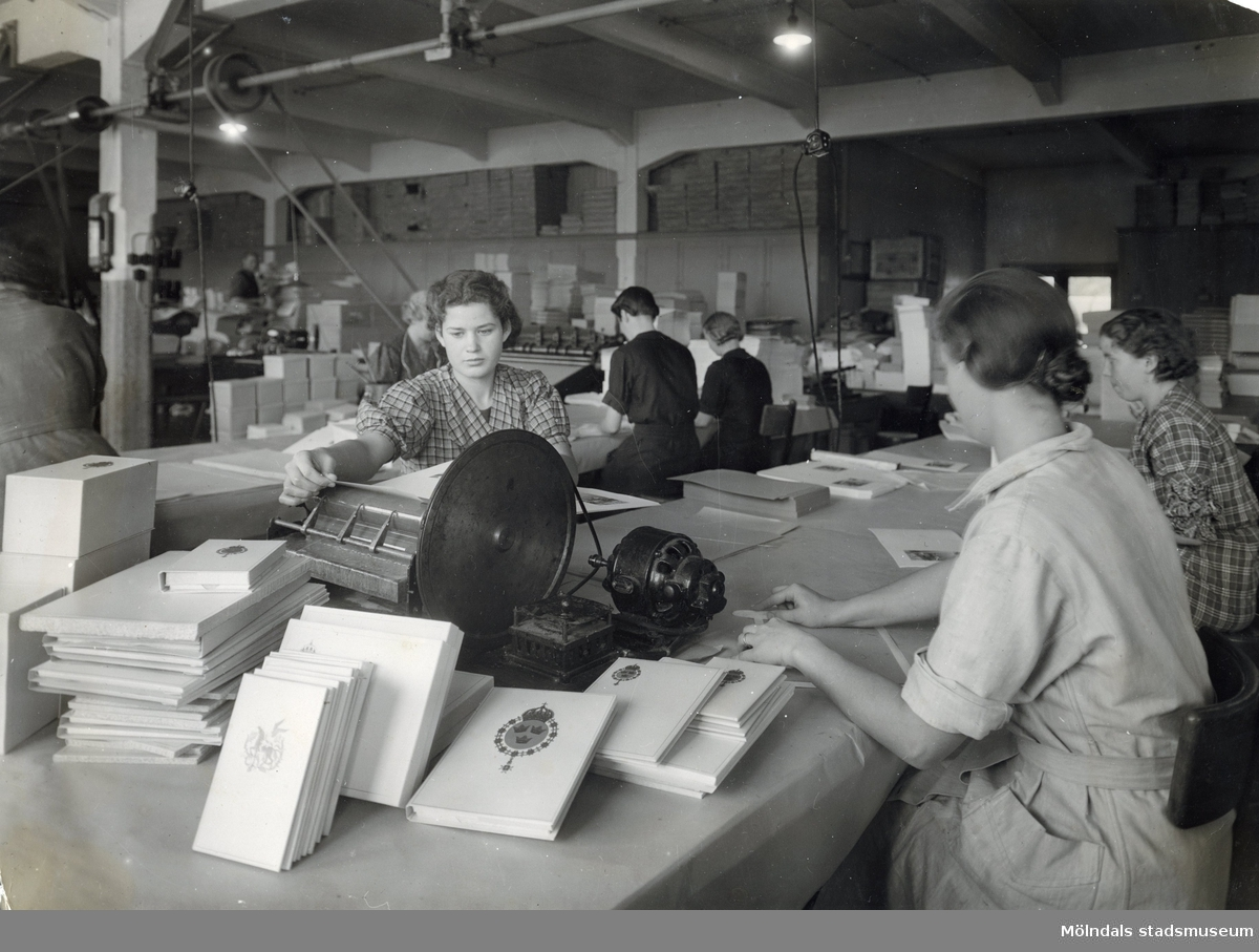 Kvinnor sysselsatta med papeteritillverkning på Papyrus.