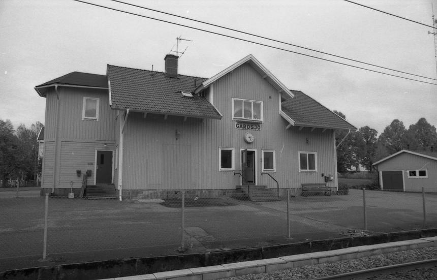 Gårdsjö var en Sveriges största omlastnings- stationer, från bredspårig bana till smalspårig. Exteriör av Gårdsjö station.