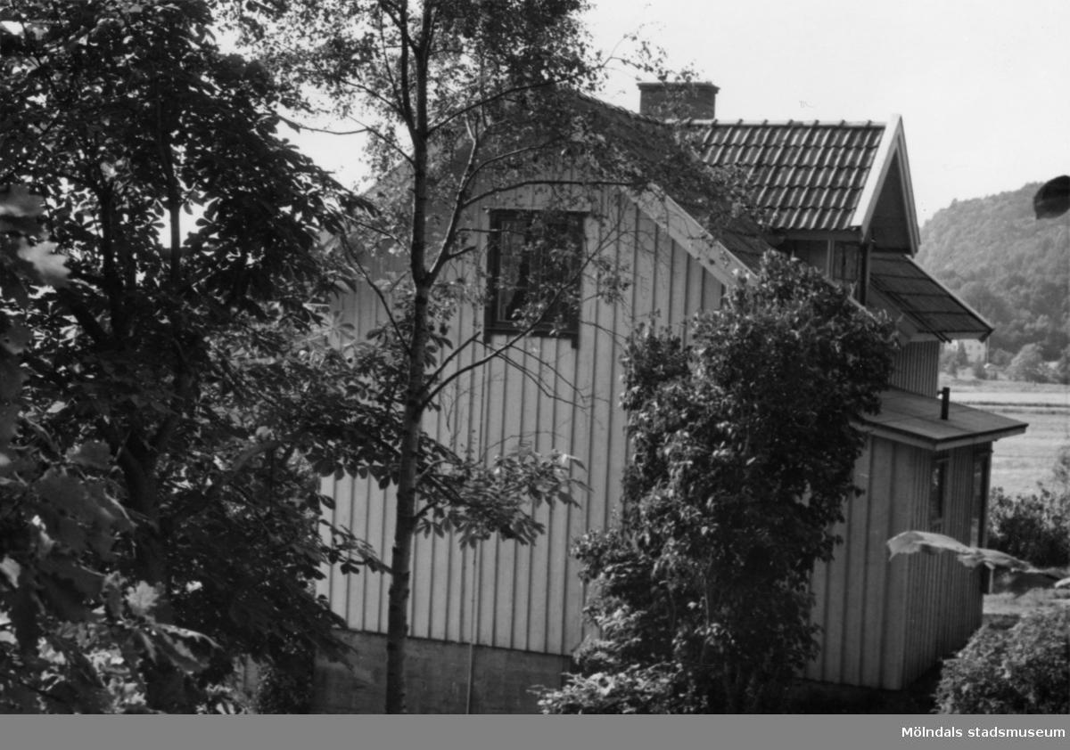 Byggnadsinventering i Lindome 1968. Greggered 2:6. Hus nr: 081D4025. Benämning: permanent bostad, ladugård, två redskapsbodar och garage. Kvalitet, bostadshus: god. Kvalitet, övriga: mindre god. Material: trä. Övrigt: husvagn. Soptömning vid vägkanten. Bilvrak och skräp. Tillfartsväg: framkomlig.