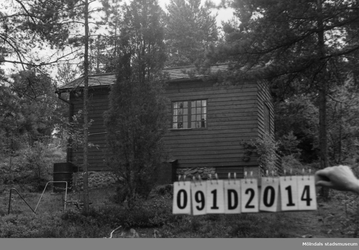 Byggnadsinventering i Lindome 1968. Ranered 1:2. Hus nr: 091D2014. Benämning: fritidshus och två redskapsbodar. Kvalitet, fritidshus: mycket god. Kvalitet, redskapsbodar: mindre god. Material: trä. Övrigt: lekstuga. Tillfartsväg: framkomlig.