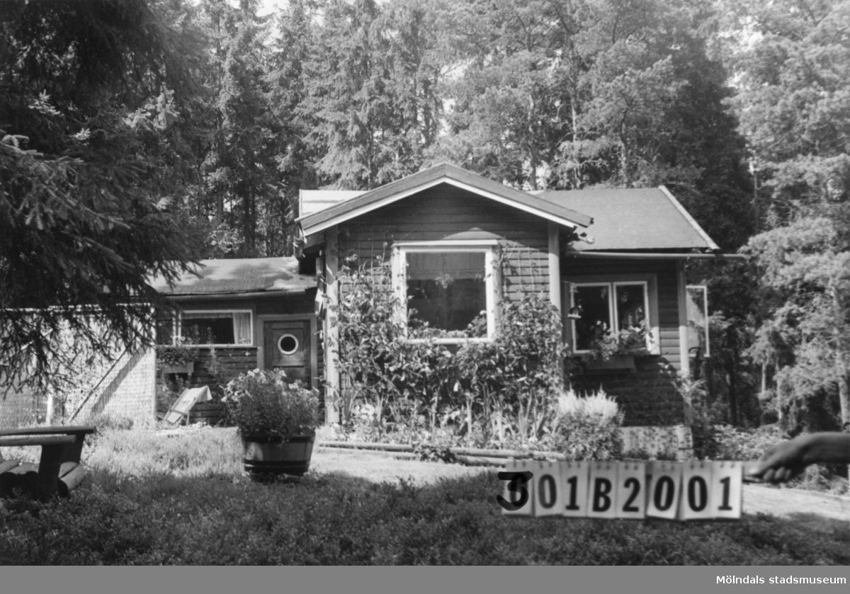 Byggnadsinventering i Lindome 1968. Greggered 1:32. Hus nr: 301B2001. Benämning: fritidshus, gäststuga och redskapsbod. Kvalitet: god. Material: trä. Tillfartsväg: ej framkomlig. Renhållning: ej soptömning.