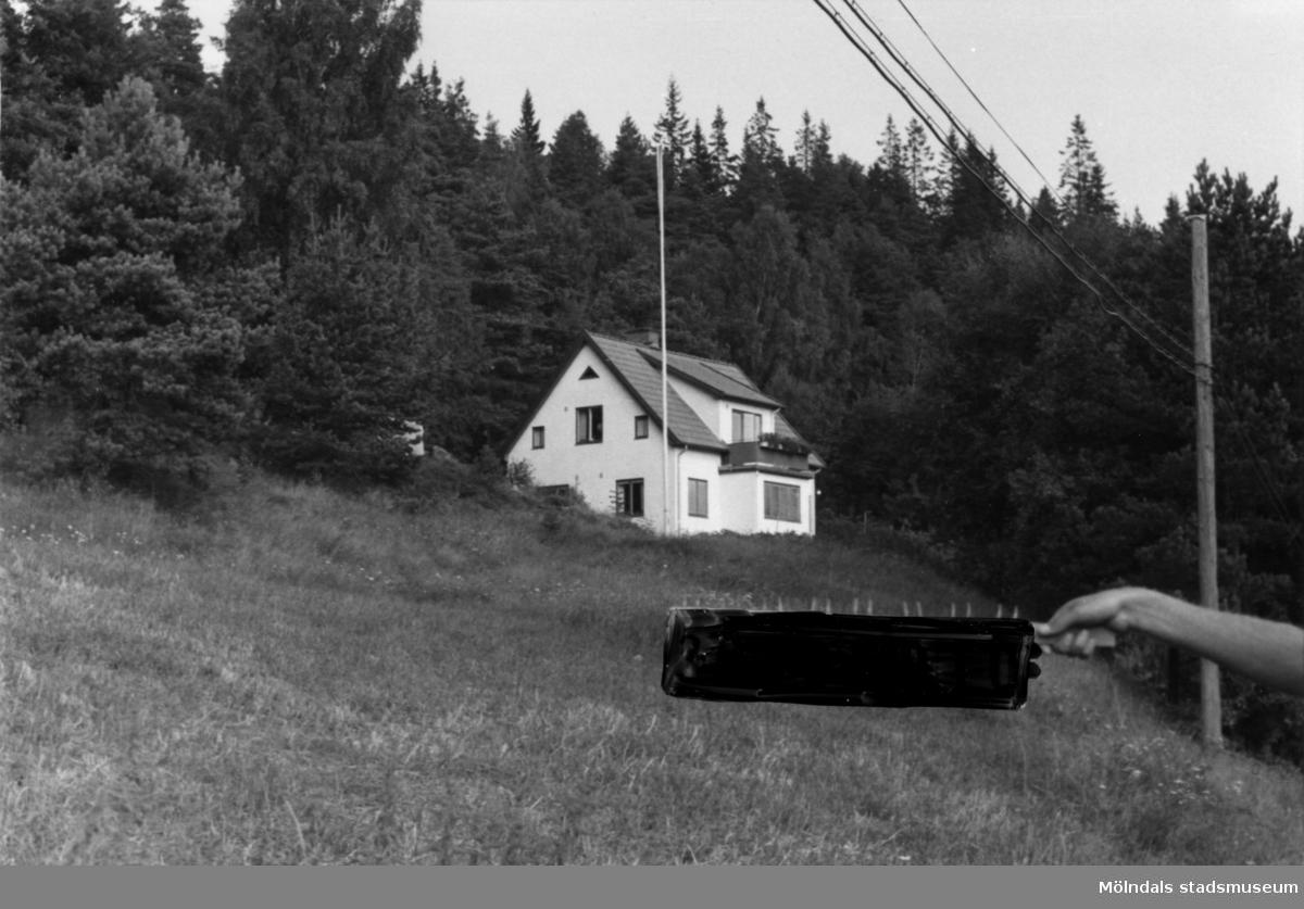 Byggnadsinventering i Lindome 1968. Inseros 1:47. Hus nr: 301D3006. Benämning: permanent bostad och redskapsbod + garage. Kvalitet: mycket god. Material, bostadshus: sten, puts. Material, redskapsbod + garage: trä. Tillfartsväg: framkomlig.