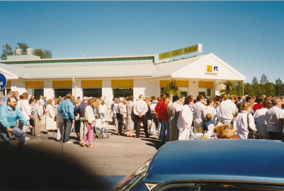 Invigning av Postkontoret Kalix 1 nya lokaler, 1989. Kalixborna deltar i invigningen.