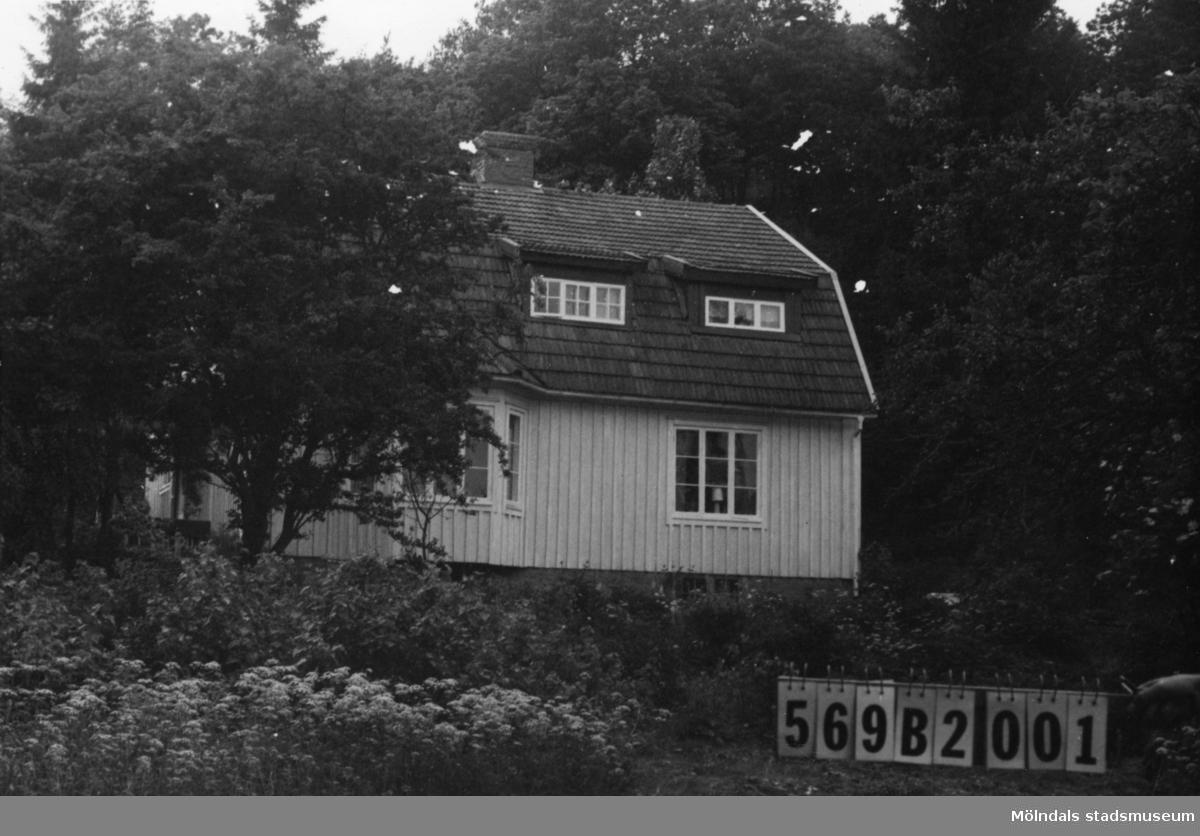 Byggnadsinventering i Lindome 1968. Fågelsten 1:9. Hus nr: 569B2001. Benämning: permanent bostad, redskapsbod och hundgård. Kvalitet, bostadshus: god. Kvalitet, redskapsbod: mindre god. Material: trä. Tillfartsväg: framkomlig. Renhållning: soptömning.