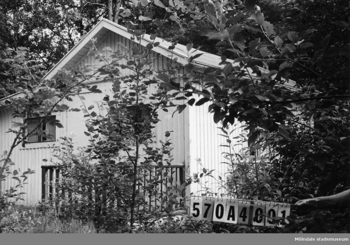 Byggnadsinventering i Lindome 1968. Annestorp 2:99. Hus nr: 570A4001. Benämning: fritidshus och redskapsbod. Kvalitet: mindre god. Material: trä. Övrigt: verkar obebott. Tillfartsväg: ej framkomlig.