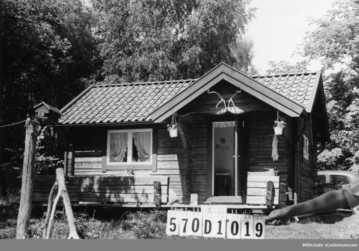 Byggnadsinventering i Lindome 1968. Annestorp 18:1. Hus nr: 570D1019. Benämning: fritidshus, gäststuga och redskapsbod. Kvalitet: mycket god. Material: trä. Övrigt: alla hus timrade. Ett gott intryck. Tillfartsväg: framkomlig.