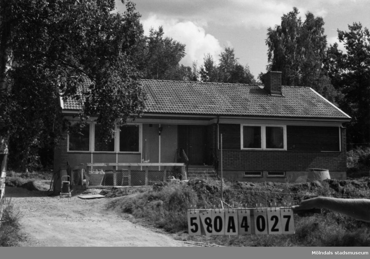 Byggnadsinventering i Lindome 1968. Hassungared 2:40. Hus nr: 580A4027. Finns ej på kartan. Benämning: permanent bostad och två redskapsbodar. Kvalitet, bostadshus: mycket god. Kvalitet, redskapsbod: mindre god. Material, bostadshus: trä, rött tegel. Material, redskapsbodar: trä. Byggnadslov: nybyggnad av enfamiljshus, §31, 66-02-10. Tillbyggnad av garage, §80, 69-02-04. Uppförande av skyddstak, §179, 70-09-29. Övrigt: lekstuga. Anmärkning: nyttjas idag som helårsbostad. Fastighet: 4616 kvm. Tillfartsväg: framkomlig. Nybyggnad av garage - avslag BN - 75-12-16, 878. HN 10325. Bildnr A-ritn. 10328. Enl. bygg. lov nybyggnad 117 kvm + källare.