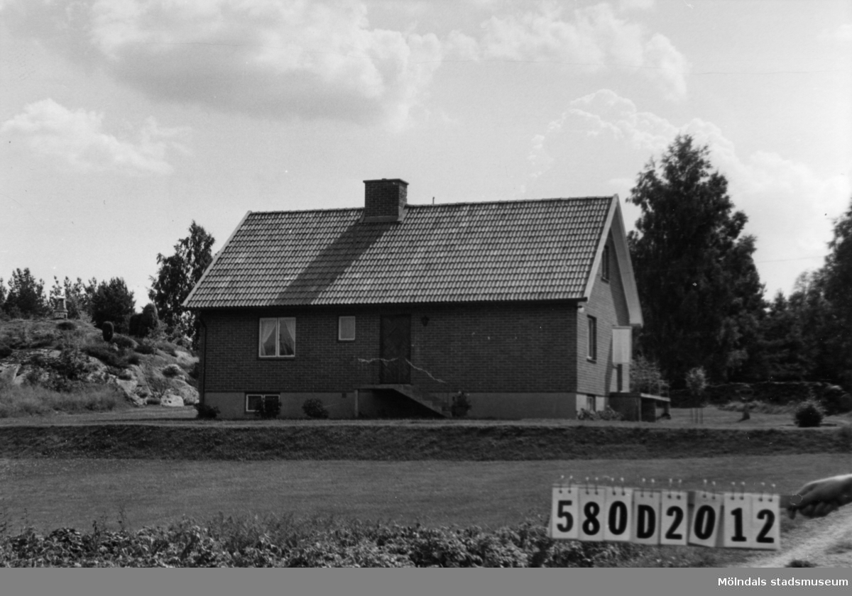 Byggnadsinventering i Lindome 1968. Hassungared 3:27. Hus nr: 580D2012. Benämning: permanent bostad. Kvalitet: mycket god. Material: rött tegel. Tillfartsväg: framkomlig.