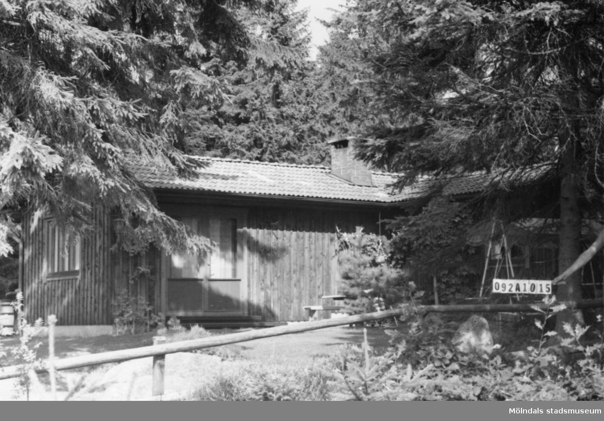 Byggnadsinventering i Lindome 1968. Annestorp 3:27. Hus nr: 092A1015. Benämning: fritidshus och redskapsbod. Kvalitet, bostadshus: mycket god. Kvalitet, redskapsbod: god. Material: trä. Övrigt: naturen lite väl hårt gallrad. Ett fint hus. Tillfartsväg: framkomlig.