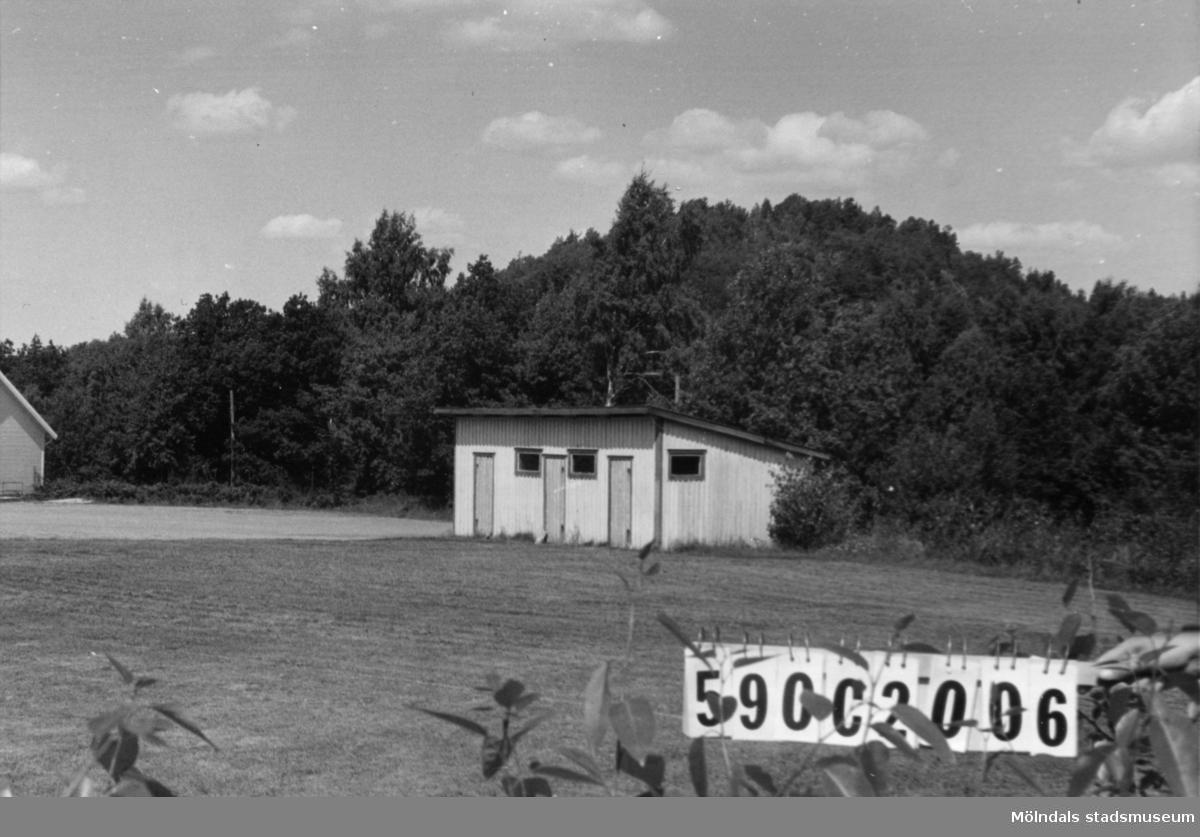 Byggnadsinventering i Lindome 1968. Hällesåker 3:14. Hus nr: 590C2006. Benämning: omklädningshus. Kvalitet: mindre god. Material: trä. Övrigt: t. fotbollsplan och ishockey. Tillfartsväg: framkomlig.