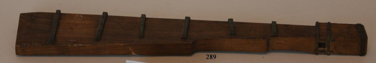 Modell av skeppsroder. Modell av fernissat trä med beslag av mässing.