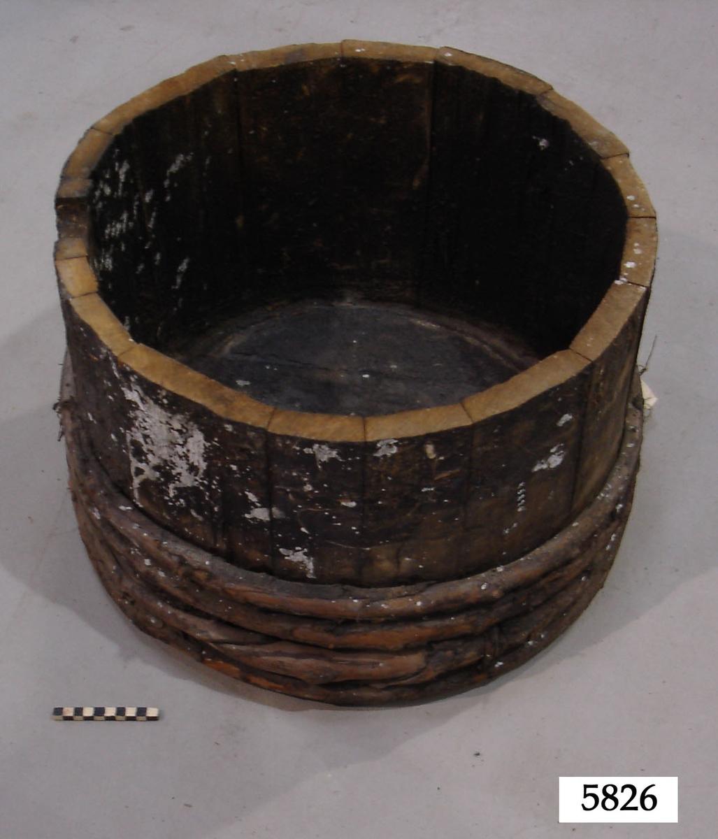 Del av tunna, försedd med fyra band av trä.