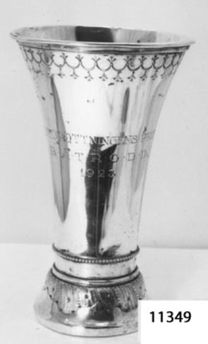 Bägare av silver. Inskription (textad): H.M. Drottningens Pris Båtrodd 1923.