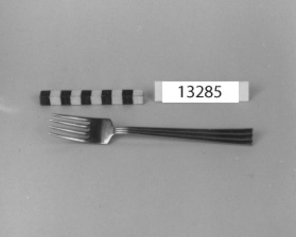 Matgaffel, modell Febe, av rostfritt stål. Märkning: Gense extra Steinless. Sveden samt tre kronstämplar.