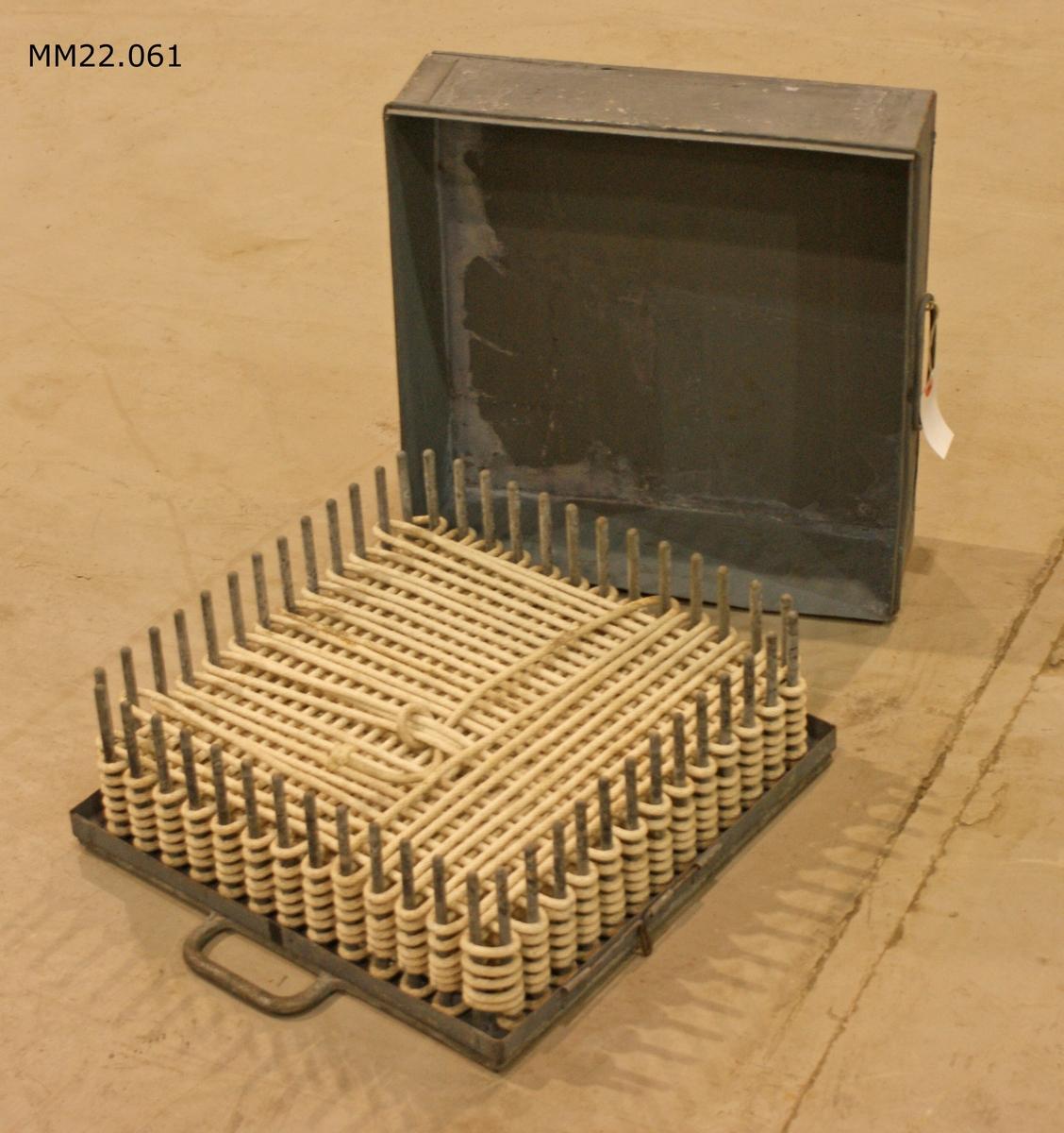 Raketlina i låda av metall. Linan är lindad runt 52 stycken tappar som är placerade i rad runt hela lådan. Lindningen är lagd korsvis i olika plan. Används till linpistol. Dimensioner avser lådan.