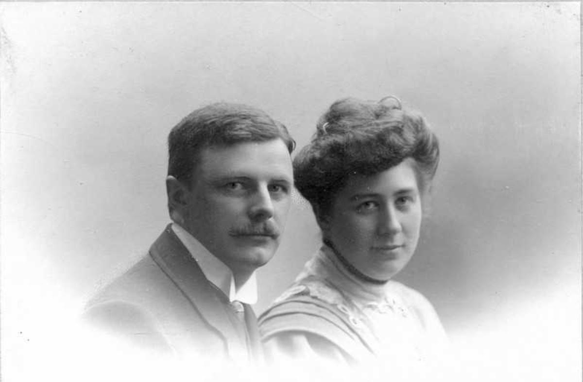 """Portrett av ukjent par. Hos fotograf i Bergen. Bak på foto står følgende tekst: """"Rabbinerne, Bergen januar 1908."""" Av det kan vi anta at det er Jens Frederiksen og Kirsten, født Stabel. De bodde på gården Rabben på Hadsel."""