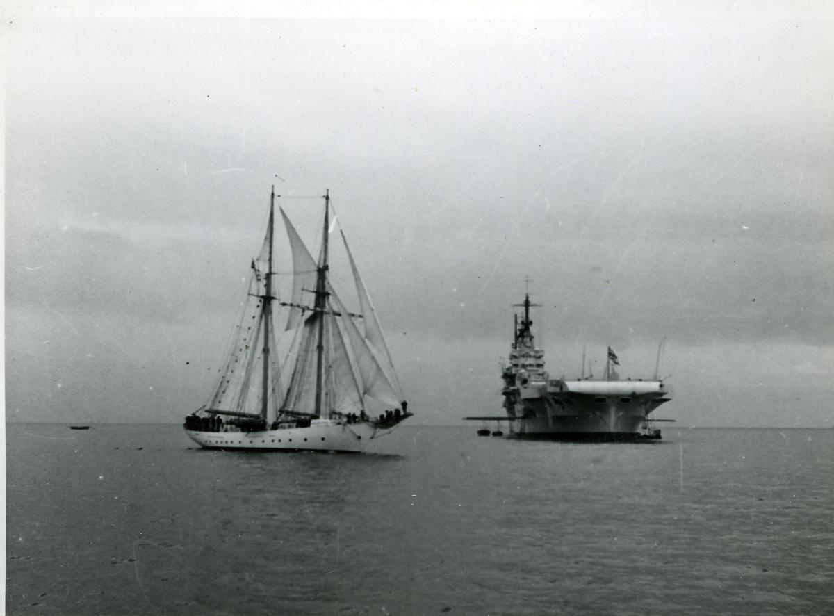 Skolfartyget Gladan i England, passerar hangarfartyget Victorious.