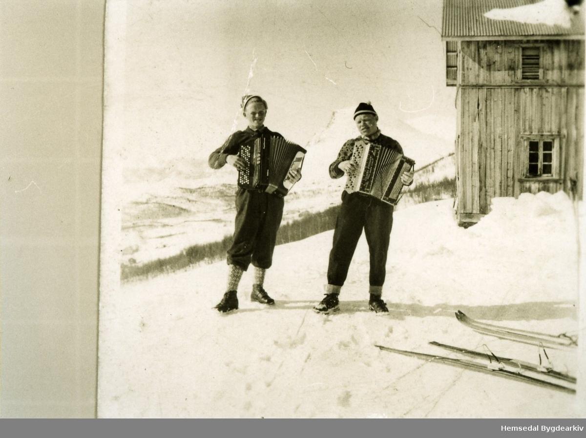 Frå ventre: Kåre Bakko og Helge Rognås, ca. 1951 på garden Bakko i Lykkja i Hemsedal.