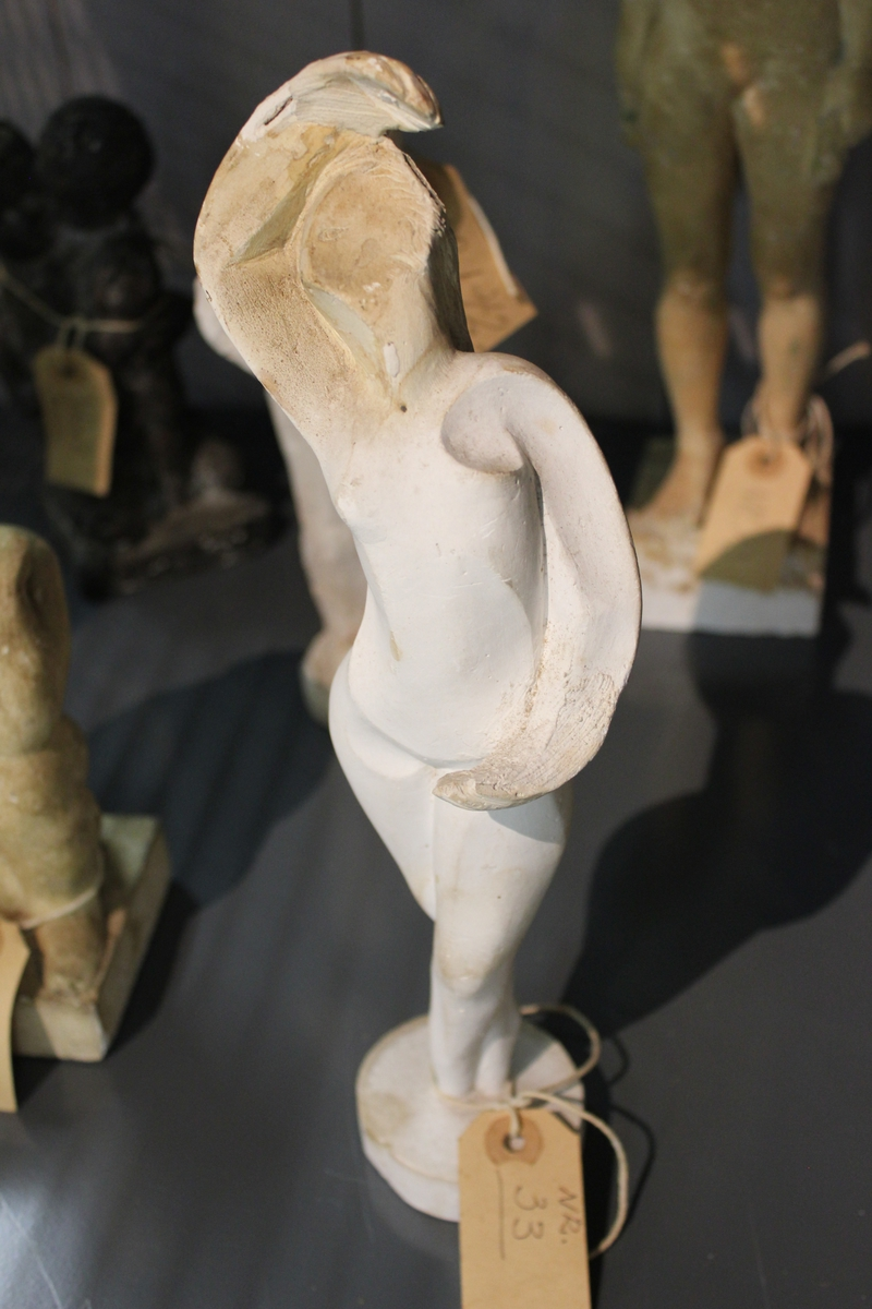 """Skulptur i gips av en kvinne. Tittel: """"DANSERINNE"""". Stududie i samapill. Konveks og konkave former"""