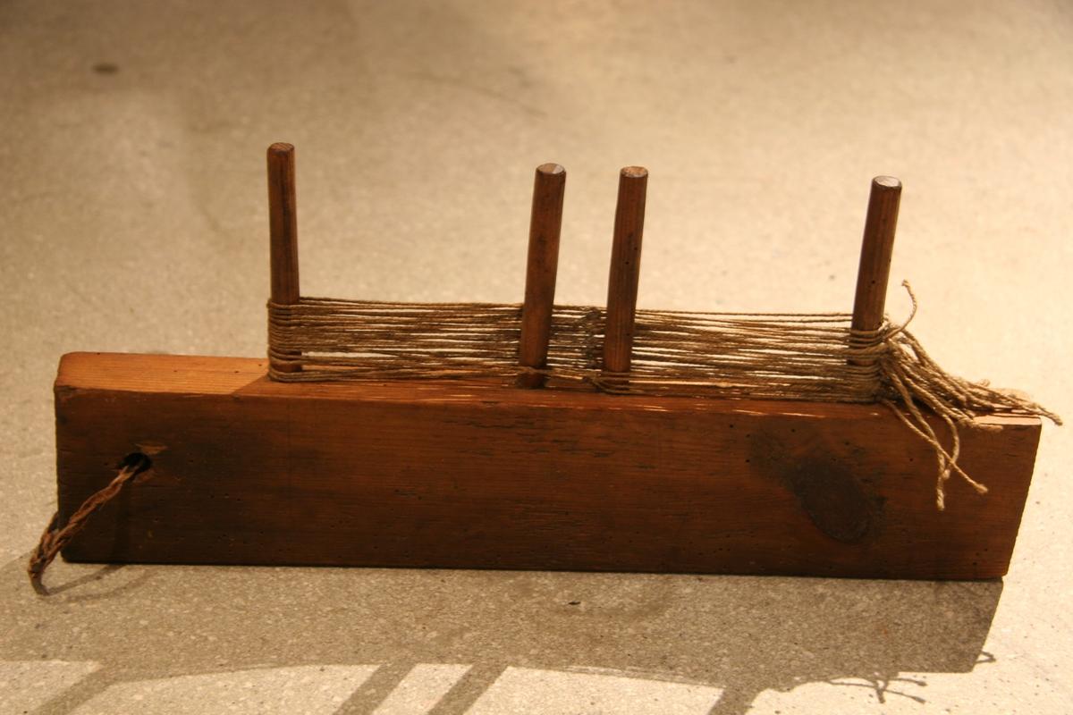 TIl å knytte hovler på (til flatvev). Trestykke som har et hull øverst, med lærtråd, og er hengt opp på veggen. Treet har på hver langside en tann/tinn, et stykke inn på sidene og to nokså tett sammen på midten. På disse tennene/tinnene knyttes og henger hovlene.