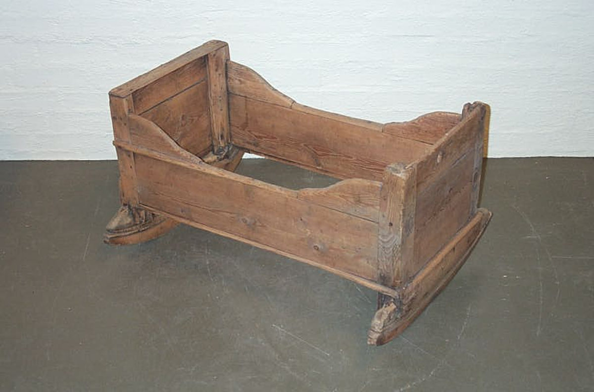 Form: Rektanguler DHS.30847/vogge er innkomen til museet omkring 1990, den er då ikkje vorten katalogisert, så vi kjenner ikkje historien til gjestanden.