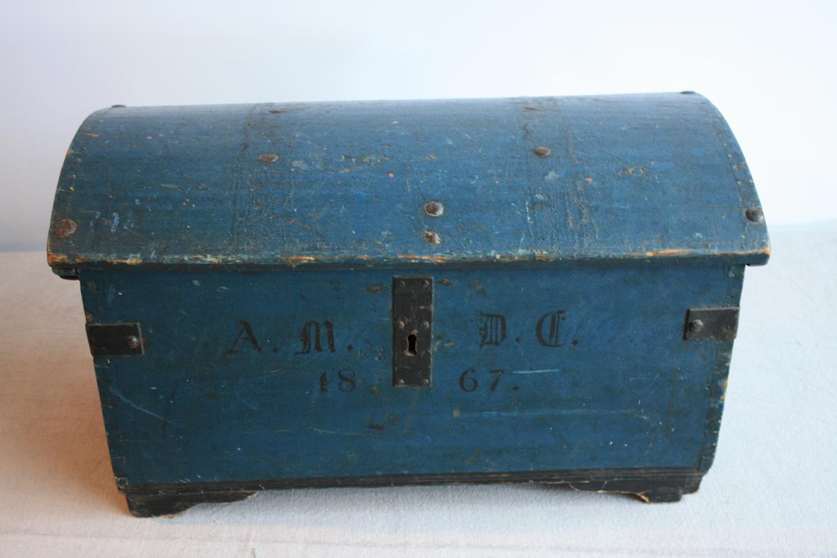 Blåmalt kiste med avrunda lok.