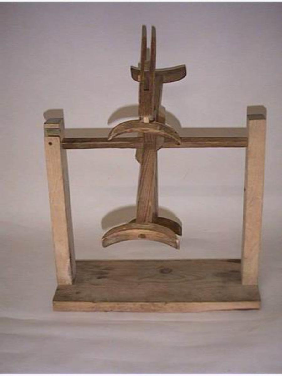 Form: Firkantet (fot) Krossforma (hespetre) Fot m/to stolpar. Hespetreet er festa mellom disse på akslin.